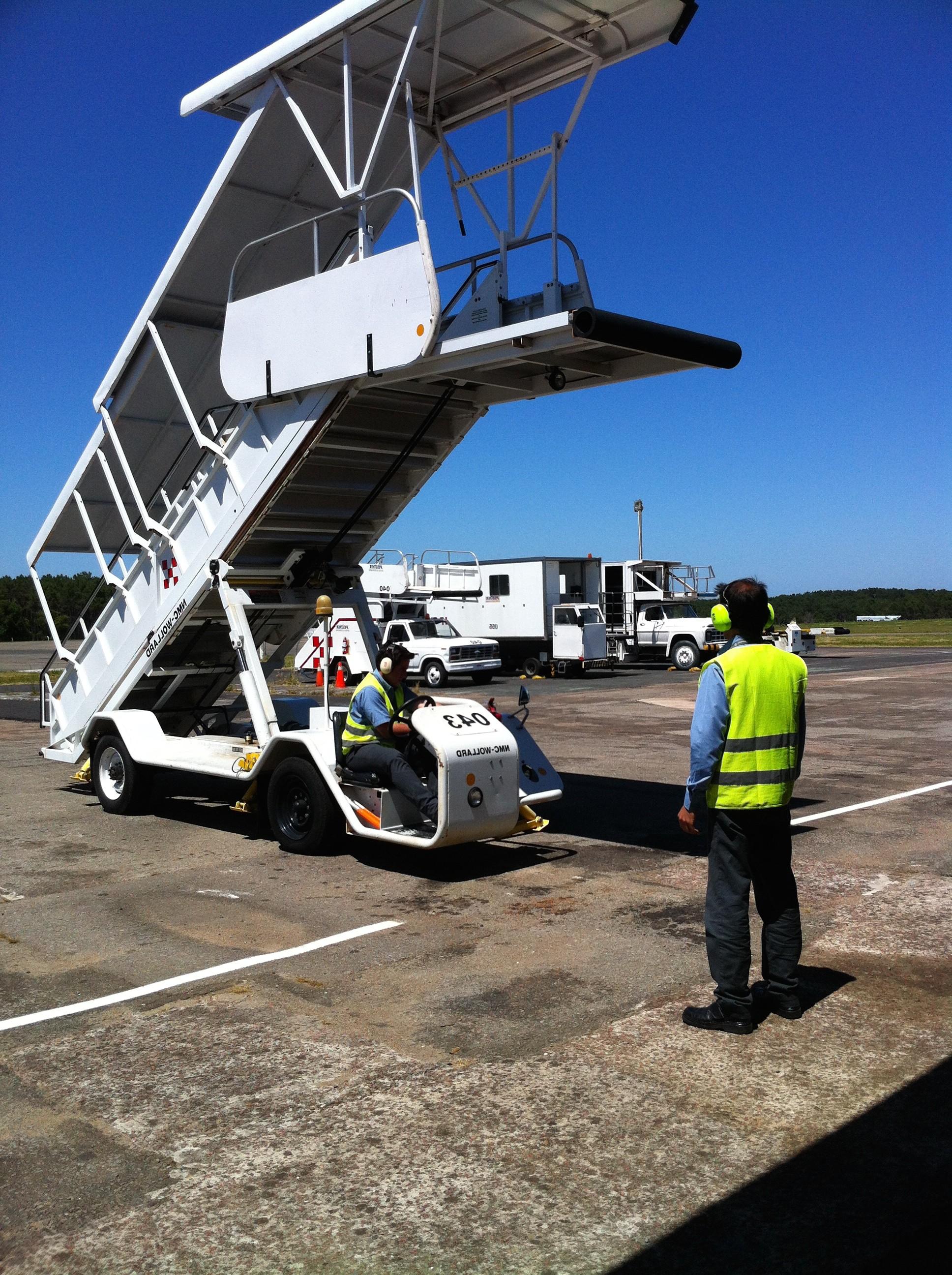Operador de rampa y señalero de aeropuerto